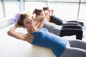 Групповые занятия в тренажерном зале для женщин