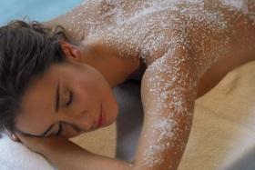 Скрабирование солевое с добавлением микронизированных морских бурых водорослей на косметике  Spaquatoria Professional  + массаж общий