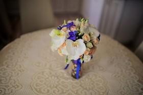 Синие цветы в букетах невест