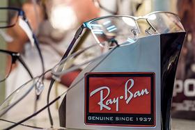 Купи очки RAY-BAN и получи фирменную кепку или майку в подарок.