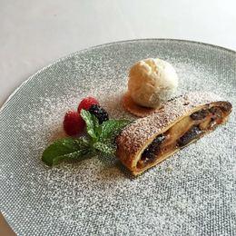 Акция «8 марта - в подарок девушкам десерт «Штрудель с яблоком и ванильным мороженным»