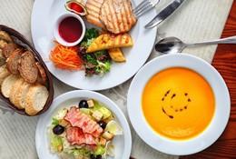 Акция «При каказе 3-х блюд в обеденное время — скидка 7%»
