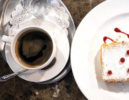 Акция «В понедельник и вторник при заказе десерта с 16:00 до 18:00 кофе в подарок»