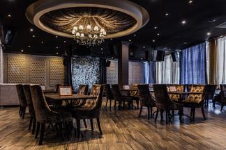 Вечером — семейный ресторан, ночью — караоке-клуб. Сходили в «Медвежино» на Одоевского, 117