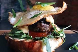 Полента с пастрами и открытый бургер: в ENZO запустили новые завтраки