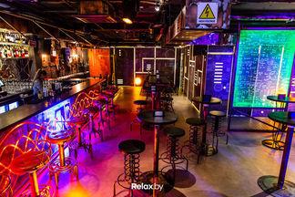 «Теслапанк и неон». Новый бар с «электрическими» коктейлями открывается на Зыбицкой