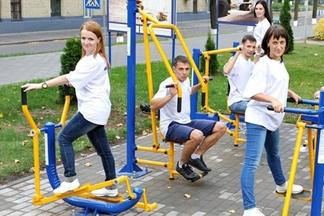 Фотофакт: БелАЗ стал выпускать уличные тренажеры
