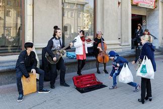 Бросили учебу, чтобы играть впереходах. Как живут изарабатывают уличные музыканты Минска. Репортаж