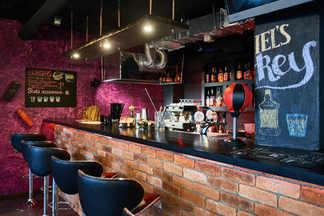 Фотофакт: Фирменные бургеры, аэрохоккей и живая музыка. В Сухарево работает бар «Лось Vegas»