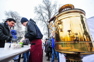 На Комаровке начали продавать чай из самовара