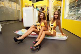 Из униформы в бикини: в выходные в салонах «Евросети» были замечены необычные спецконсультанты