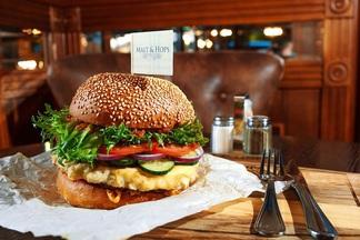 Акция: в Malt & Hops два дня будут продавать килограммовый бургер с мраморной говядиной за 33 рубля