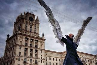 Фотофакт: артисты Cirque Du Soleil выступают на улицах Минска и спускаются под землю (+видео)