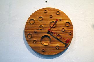 «Калядны кiрмаш» в галерее «Ў». Купить корону себе, а часы в виде луны — в дом