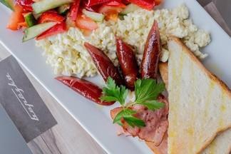 Завтрак в городе: чем кормят по утрам в обновленном кафе «Берёзка»