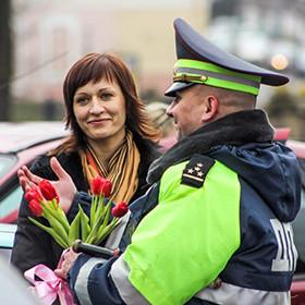 Столичное ГАИ приготовило к 8-му марта подарки для женщин-водителей с чистым талоном