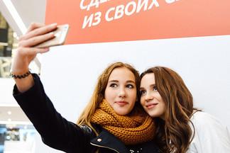 Фотофакт: как блогер Юля Годунова играла в «Крокодила» с посетителями Galleria Minsk