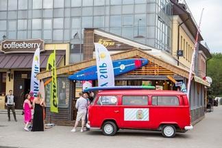 Фотофакт: у зыбицкого тики-бара «На пляже» заработала концептуальная летняя терраса