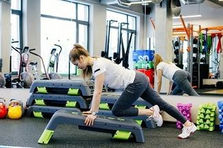 Фитнес по-новому. Инструктор показывает пять актуальных тренировок, пришедших на смену бабушке-аэробике