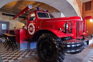 Барная стойка в виде раритетной машины. В здании первого пожарного депо открылся ресторан «101»
