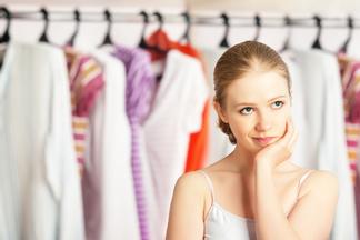 Шкаф ломится — надеть нечего! Стилист рассказывает, как избавляться от лишних вещей в гардеробе и не покупать их снова