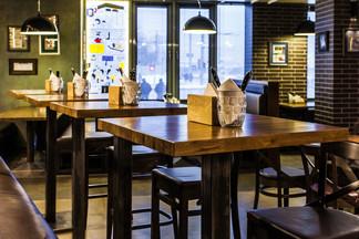 Новый интерьер, вегетарианские блюда и концерты кавер-бэндов: открылся пивной ресторан «The Хмель»