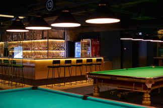 Фотофакт: В Arena City открылся круглосуточный бар с бильярдом от 10 рублей
