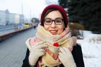 Street fashion: стильный поклонник английской моды и улыбчивая обладательница аксессуаров с израильского рынка