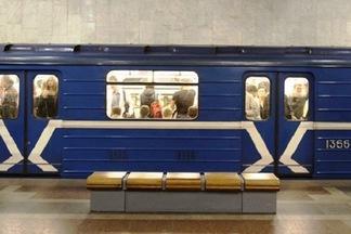 До конца августа днем будет закрыт выход из метро «Октябрьская»