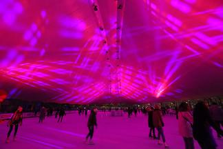 Под песни Коржа и с барменом на коньках: в Минске прошла первая вечеринка на льду