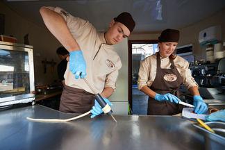 Фотофакт: Чешский трдельник начали готовить на Комаровском рынке