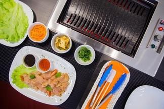 Новое место: ресторан «Том Ям» с грилем в столе, где готовят гости