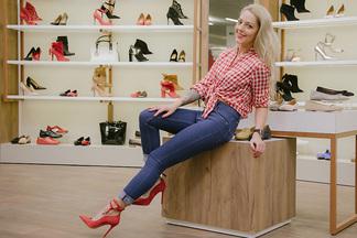 От Pin Up до Casual: как обувь влияет на стиль. 11 «луков» с общей базой — джинсы, черное платье