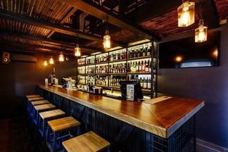 20 вариантов Old Fashioned и самый большой выбор бурбона в городе: новый лофтовый бар Cheers открылся в Минске