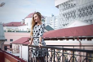 «Все началось с веселой поездки в плацкарте в  московский мелкооптовый магазин итальянских тканей» — минчанки, основавшие бренд по пошиву платьев Krasa