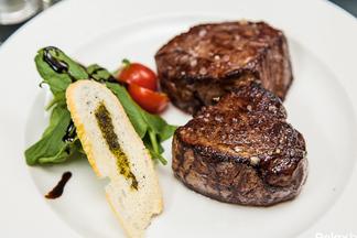 Эксперимент: шеф-повар готовит стейки из трех видов мяса: от фермера, с «Комаровки» и элитный из гипермаркета