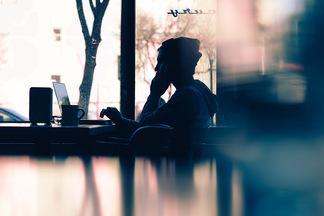 «Хорошо заработать можно, нотолько рискуя». Блогер, фотограф и визажист о свободе, деньгах и стабильности