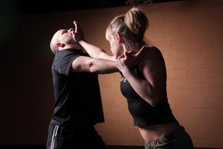 Фотофакт: приемы самообороны, которым учат за одно занятие в минском клубе
