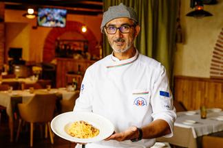 Точно, как в Италии: шеф-повар Иньяцио Росса показывает, как приготовить правильную «Карбонару» дома