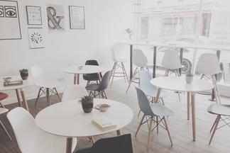 «Всего несколько заведений из пяти переживают год». Дизайнеры интерьера о том, чего не хватает оформлению кафе и ресторанов Минска