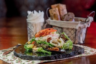 Любимое блюдо шеф-повара Manon bar: «Сальмон Оранж», дары моря и морковный пирог