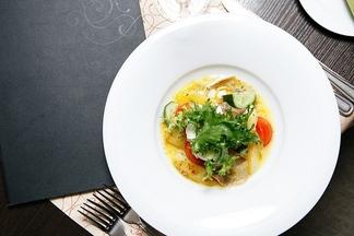 Готовим с шеф-поваром: простой и изысканный теплый салат из телячьего языка с яйцом пашот