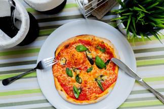 Рецепты пиццы – итальянская маргарита или сырная пицца с шампиньонами