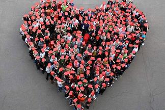 Около 100 человек выстроили огромное сердце в центре Минска