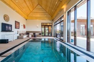 Где отпраздновать Новый год: 7 коттеджей с крутыми бассейнами и баней