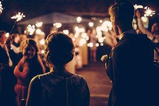 Не стоит надеяться на экспромт и озвучивать стихи из интернета. Свадебные ведущие о том, как не нужно поздравлять молодоженов