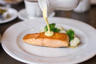 Консоме с перепелкой, филе лосося с киноа, салат с пармской ветчиной и спаржей. В Café de Paris появилось обеденное меню