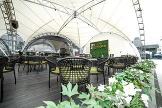 Устрицы, винтажное шампанское, шикарная панорама Минска: на седьмом этаже отеля Hilton открылась терраса Ember VII Heaven