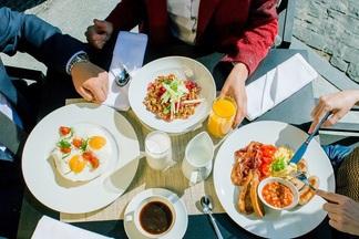 Завтрак в городе: что и за сколько съесть утром в кафе Beans&Leaves, что в отеле DoubleTree by Hilton