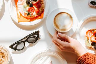 «Больше 15 рублей платить неловко». Минчане о том, почему завтракают в кафе и восколько им это обходится